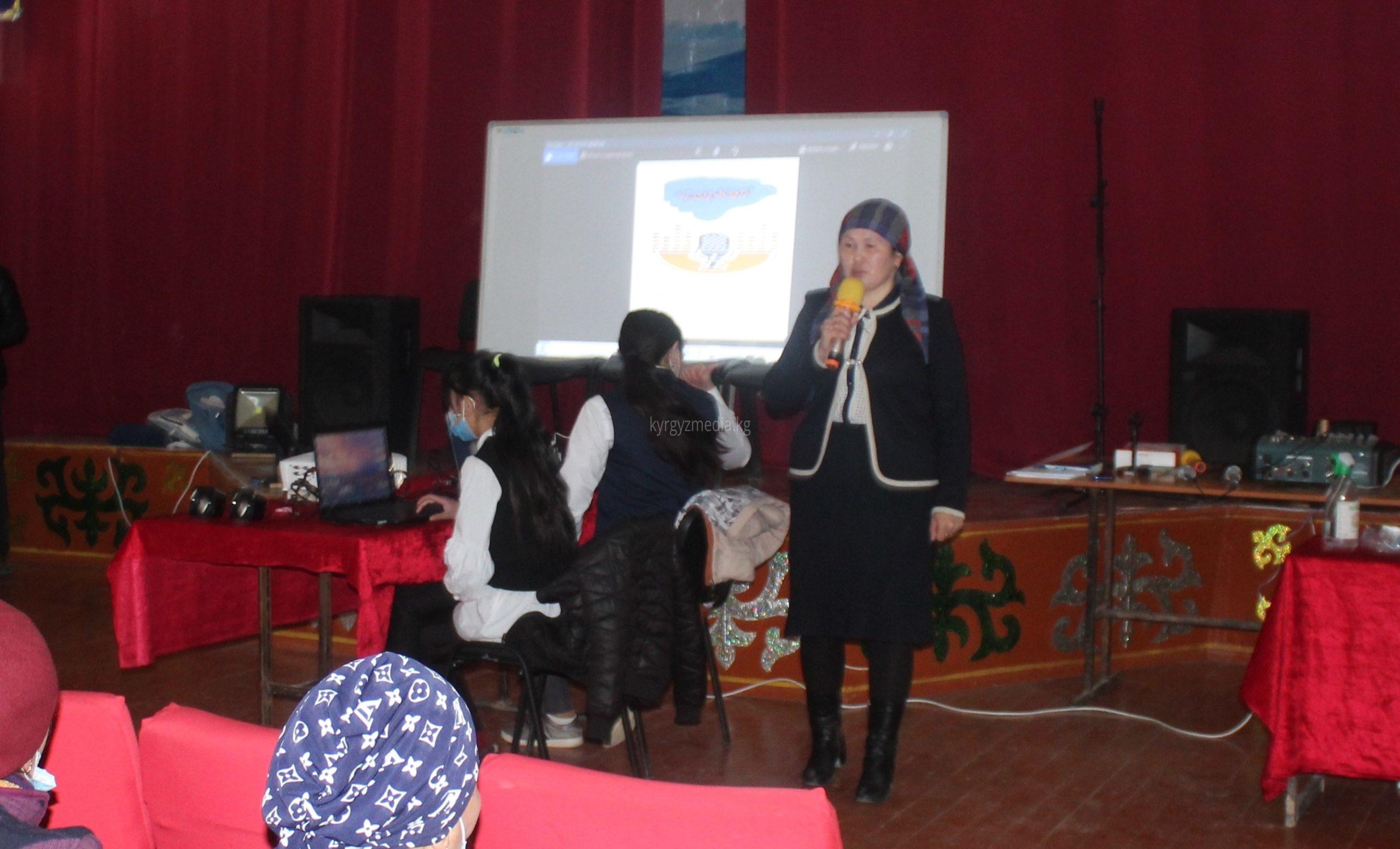 Бурул Майрамбек кызы медиа маалыматтык сабаттуулук семинарын өтуп жаткан учуру