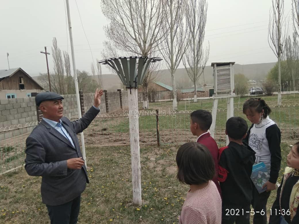 Улан Абылаев мектеп окуучулары менен