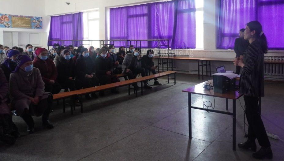 Акылай Алмазбекова медиа маалыматтык сабаттуулук семинарын өтүп жаткан учуру